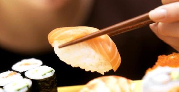 как правильно кушать суши палочками