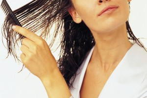 нанесение уксуса на мокрые волосы
