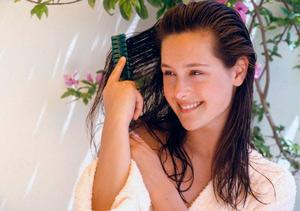расчесывание волос маслами